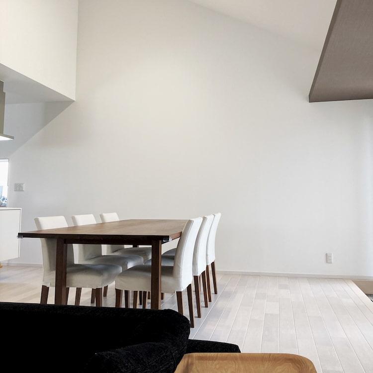 住友林業平屋のダイニングテーブルと勾配天井