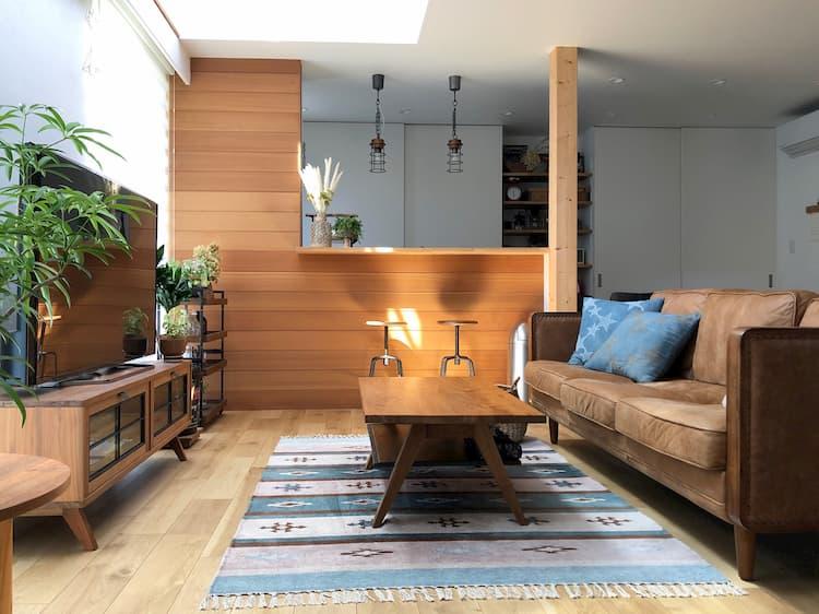 ソファーを中心にリビングをデザイン